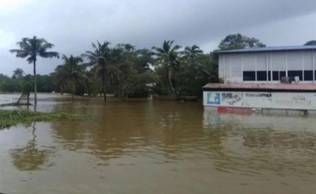 Heavy Rain Alert In Kerala And karnataka - Sakshi