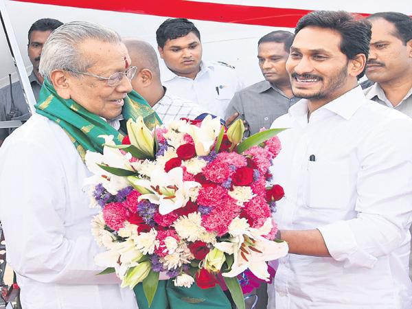 Grand Welcome to the new governor - Sakshi