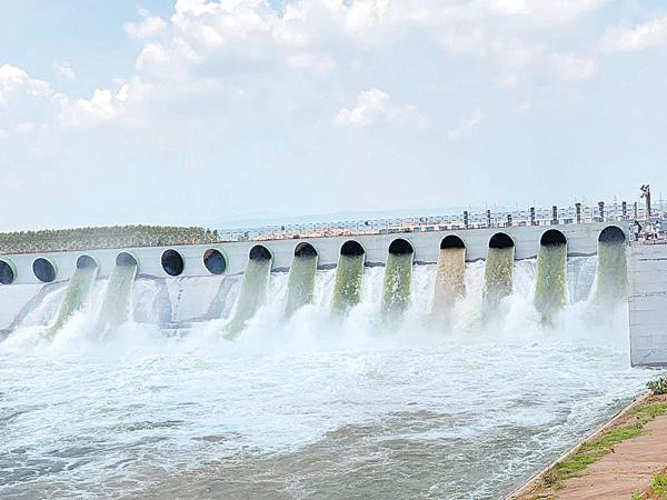 Flood water to the Kaleshwaram Project - Sakshi
