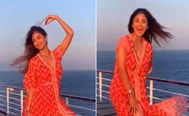 Shilpa Shetty Shares hilarious Video from Her  vacay - Sakshi