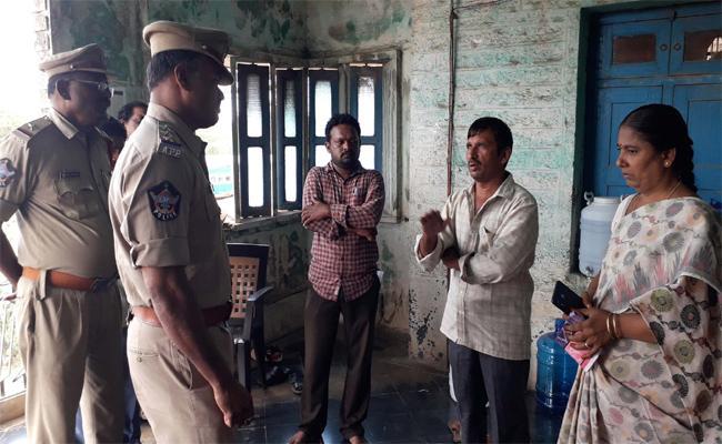 Assistant  Assault On Dwacra Group Chief Asking  For Payment Of Money In Erraguntla, Ysr Kadapa - Sakshi