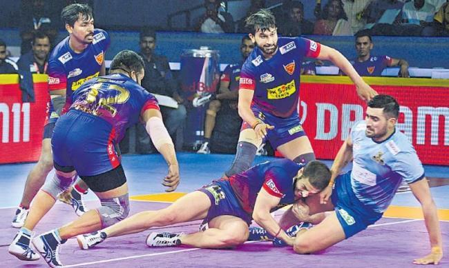 Delhi beat Thalaivas 30-29 in last raid thriller - Sakshi