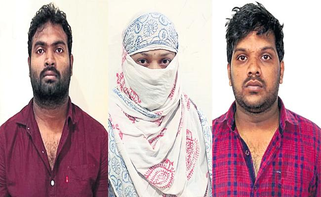 Women And Gang Arrest in Jewellery Robbery Case - Sakshi