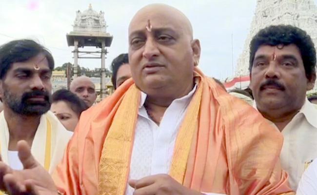 Prudhvi Raj Offers Prayers At Tirumala - Sakshi