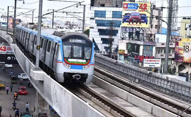 Hyderabad Metro Train Suffering With Technical Issues - Sakshi