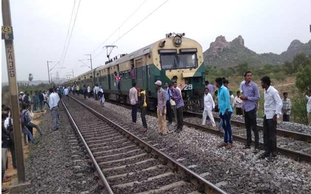 Passengers facing Problem due to push-pull train Stopped as Technical Issue - Sakshi