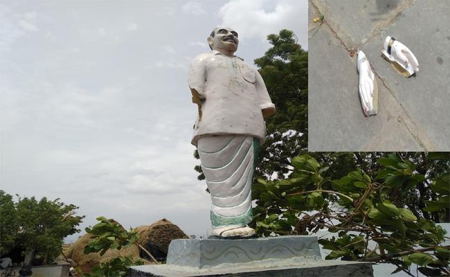 YS rajashekar reddy Statue Distroyd In Kurnool - Sakshi