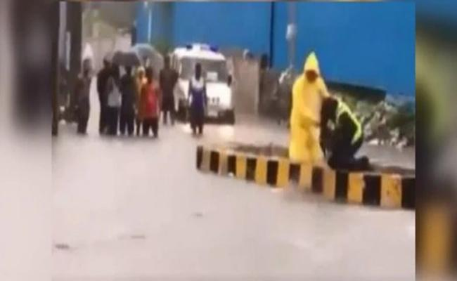 Police Officer Saves Dog From Floods In Mumbai - Sakshi
