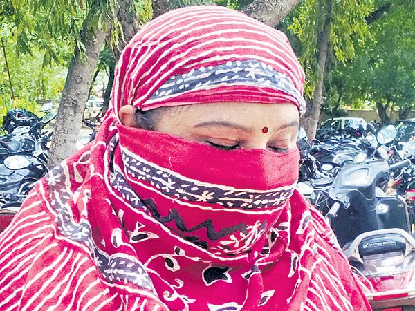 Forest Officer Mohan Rao Fraud a Women In The Name Of Job - Sakshi
