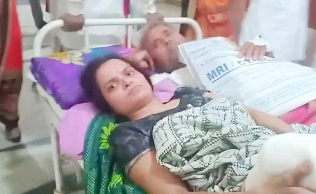 Man And Woman Patient Forced To Share One Stretcher - Sakshi