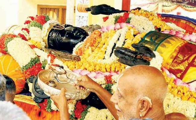 Two die during Athi Varadar festival in Kanchi - Sakshi
