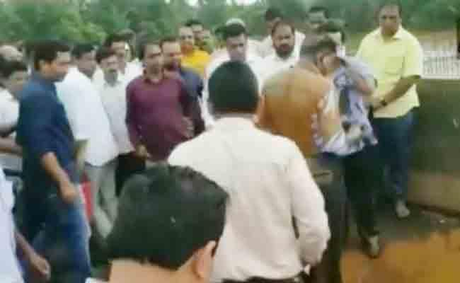 Maharashtra Congress MLA Pours Mud On Engineer - Sakshi