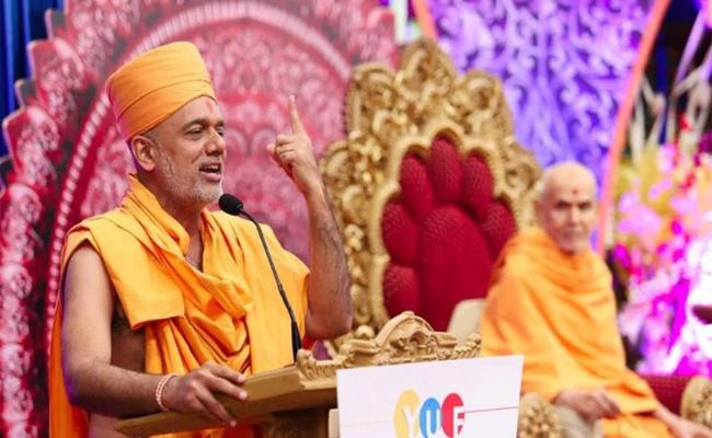 Motivational Swamiji Left The Stage After Seeing Women In Front Rows - Sakshi