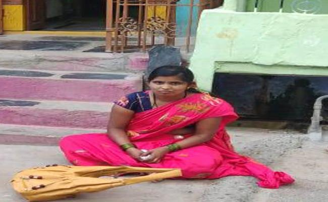 Woman Protest Front Of Husband House Dhone - Sakshi