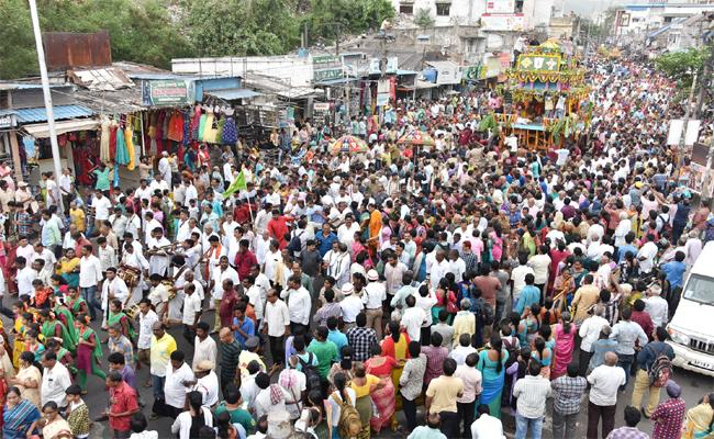 The Jagannathaswamy Ratha Yatra Was Held On Thursday Evening In Vishakapatnam - Sakshi