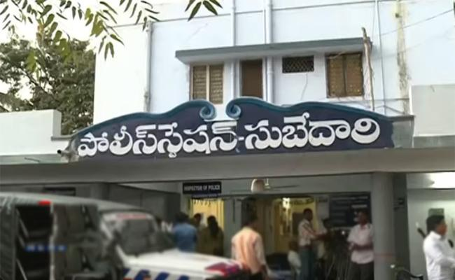 Drugs Smagllers Escaped From Police Station  - Sakshi