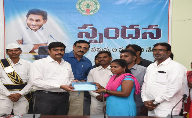Families Of  Fisherman Recieved  Pensions In Srikakulam - Sakshi