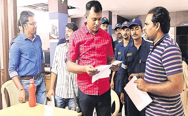 GHMC And Enforcement Directors Raid in Coaching Centres Ameerpet - Sakshi