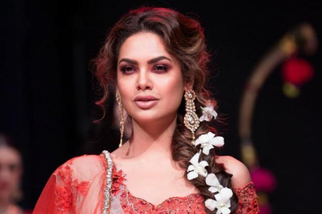 Actress Esha Gupta accuses hotelier of inappropriate behaviour - Sakshi