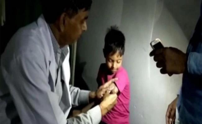 Doctors Treat Patients Under Flashlights In Uttar Pradesh - Sakshi