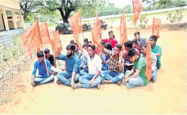 Students Demanding the Suspension Of Economics Srinivas In Medak - Sakshi