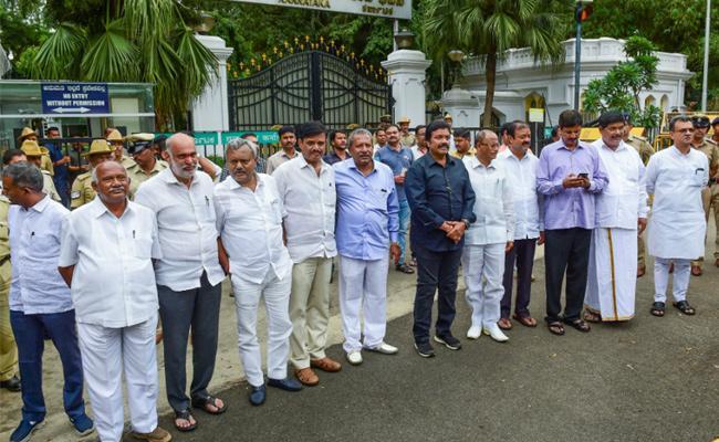Reasons Behind Karnataka Alliance in Crisis after MLAs Resign - Sakshi