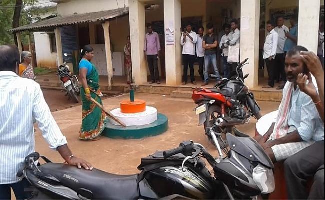 Women Farmer Demanded For Land Pass Book - Sakshi