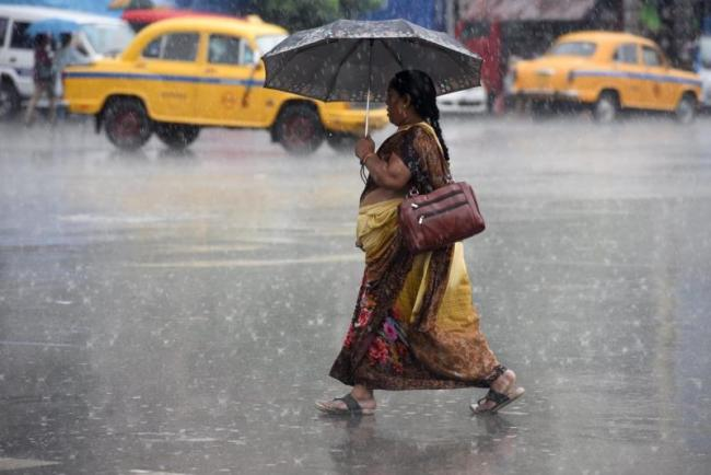 Heavy rain hits flights, Mumbai on Red Alert  - Sakshi
