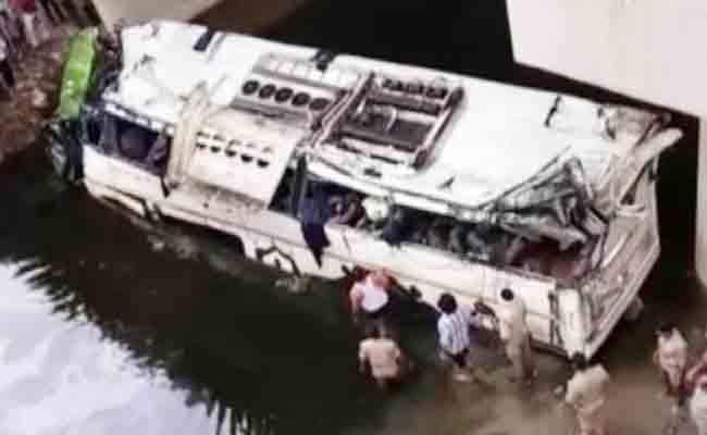 Delhi Bound Bus Falls Into Drain Near Agra Several Injured - Sakshi