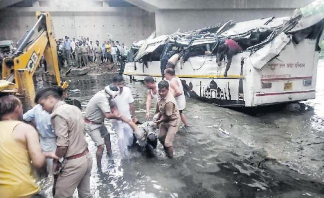 29 passengers killed in Yamuna Expressway accident - Sakshi
