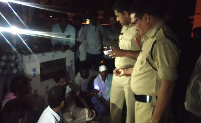 YSRCP Activist Protest Against Sub Inspector Of Visakapatnam - Sakshi