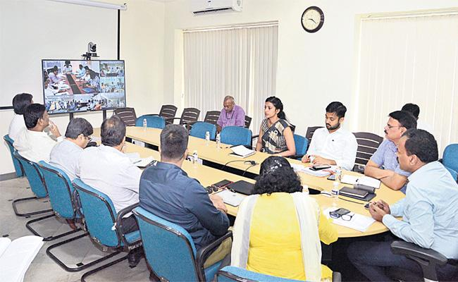 GHMC Warning to Street Vendors Must Use Dustbins - Sakshi