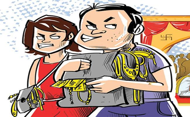 The Policemen Caught Husband-Wife Red-Handedly For Stealing - Sakshi
