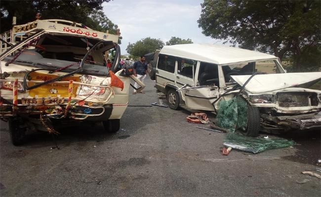 More than Twenty People Injured Due To Vehicle Collision Near Dichpally - Sakshi
