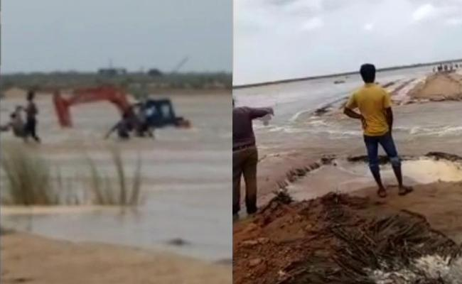 Atreyapuram SI Stuck In Flood Water - Sakshi