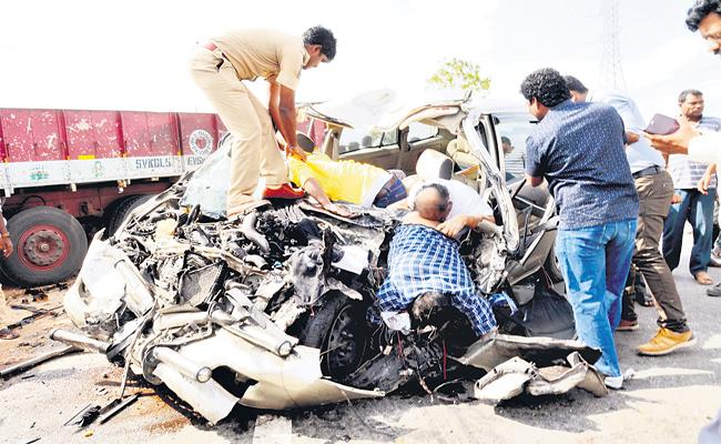 Head Constable Died In A Road Accident After Visiting Srisailam Mallanna - Sakshi