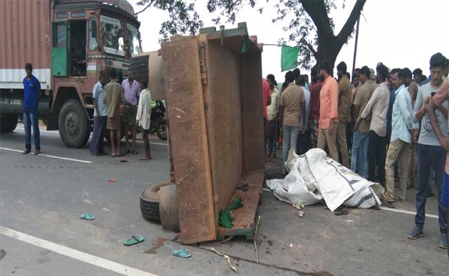 Big Road Accident In sathupalli  - Sakshi