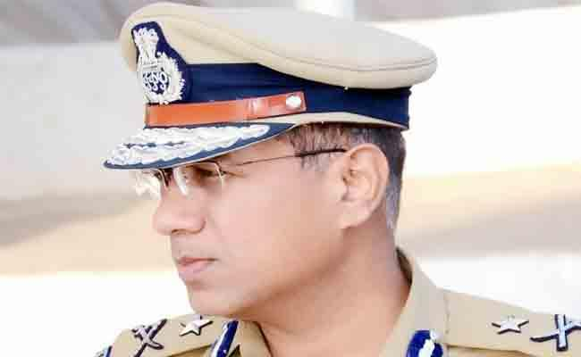 UP Top Cop Received Common Man Letter And Reward Of Rs 500 - Sakshi