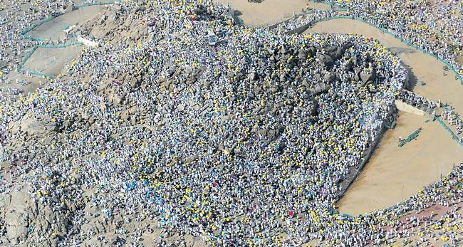 Muslim hajj pilgrims ascend Mount Arafat for day of worship - Sakshi