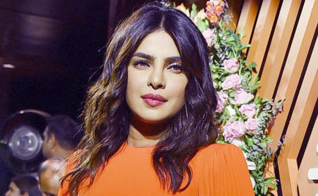 Priyanka Chopra Response Over Pak Woman Yell - Sakshi