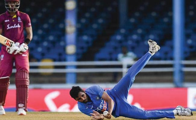 Bhuvneshwar Wows Fans With Sensational Return Catch - Sakshi
