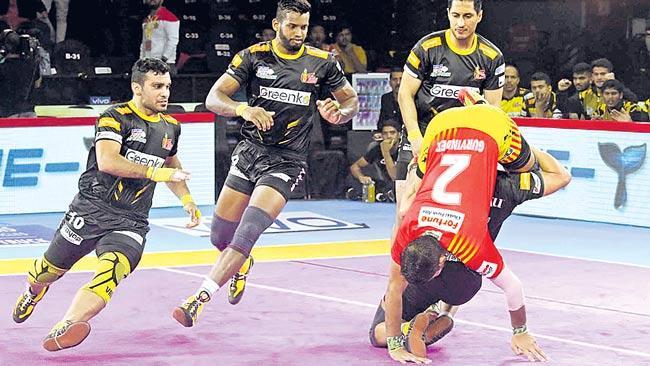 Telugu Titans beats Gujarat Fortunegiants - Sakshi