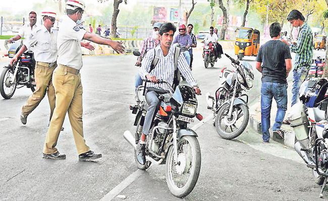 Hyderabad Police Special ChekingsTo Motorists For wearing Helmet - Sakshi