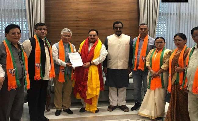 10 SDF MLAs join BJP in Sikkim - Sakshi