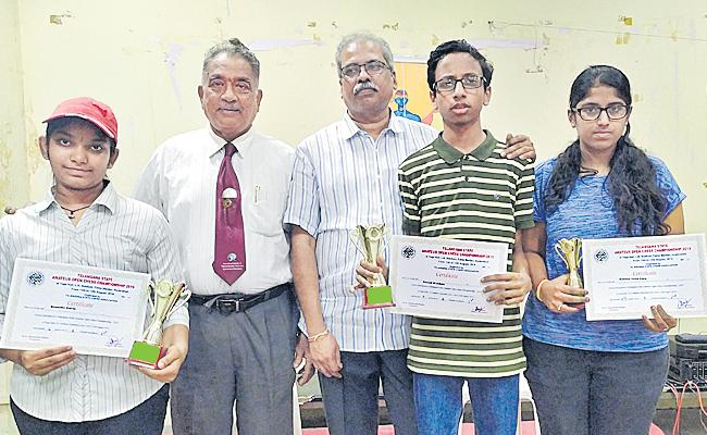 Umesh And Keerthi Selected For Chess Team of Telangana - Sakshi