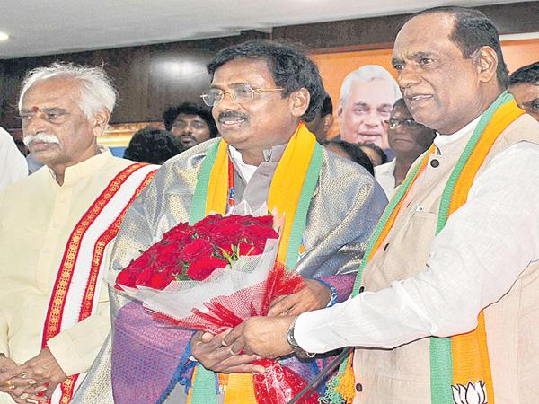 Congress as tail party for TRS says Laxman - Sakshi