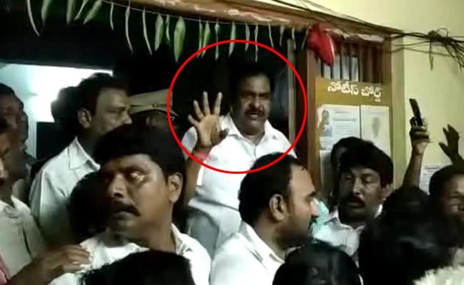 Janasena MLA Rapaka Varaprasad Surrender In Razole Police Station - Sakshi