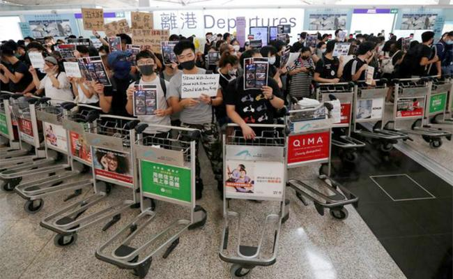 Hong Kong Airport Suspends All Check ins - Sakshi
