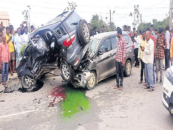 Road accident at Shamirpet Pedda cheruvu - Sakshi