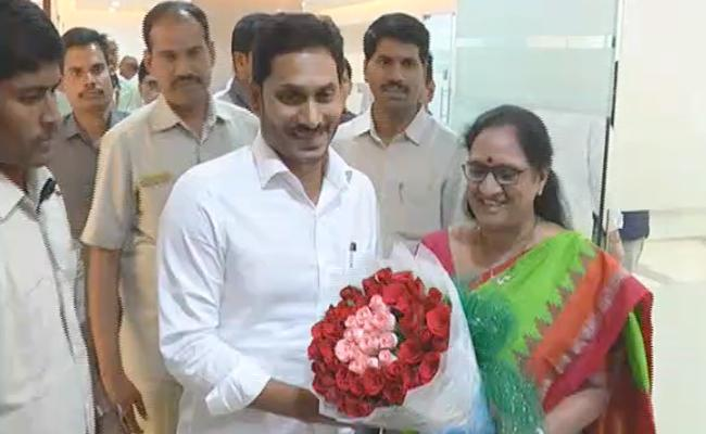 Vasireddy Padma Meets CM YS Jagan Mohan Reddy At AP Secretariat - Sakshi